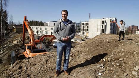 Jari Heikkilä ja poikansa Onni seisovat omalla maallaan Lempäälässä. Taustalla uudet kerrostalot ovat Tampereen Vuoreksen alueella.