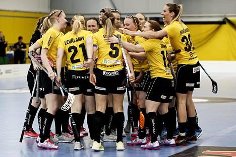 Porvoon Salibandyseura juhlii maalia salibandyn naisten liigan neljännessä loppuottelussa.