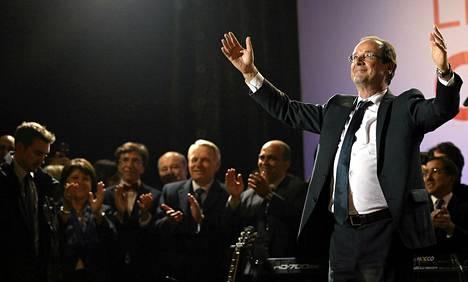 François Hollande juhli presidentinvaalien tulosta place de la Bastille -aukiolla Pariisissa maanantain vastaisena yönä.