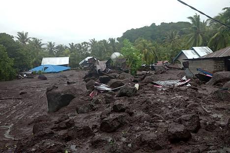 Muta on peittänyt taloja alleen, ja siltoja sekä teitä on tuhoutunut Floresin saaren itäosissa.
