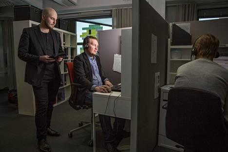 Viasat Finlandin avainasiakkuuspäällikkö Juuso Nikander (vas.) ja myyntineuvottelija Janne Partanen ovat työn opinnollistamisen pioneereja. He hyödyntävät oppimiaan taitoja tradenomin tutkinnossa.