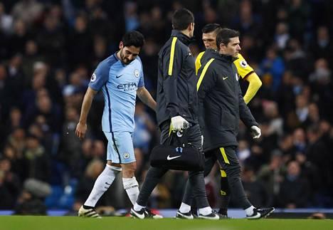 Ilkay Gündogan (vasemmalla) jouduttiin vaihtamaan Watford-ottelussa kentältä pois loukkaantumisen vuoksi.