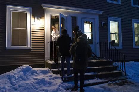 Maria Ordonez ja hänen veljensä Luis ja Theo Chino kampanjoivat Bernie Sandersin puolesta ovelta ovelle kiertäen Concordissa lauantai-iltana.