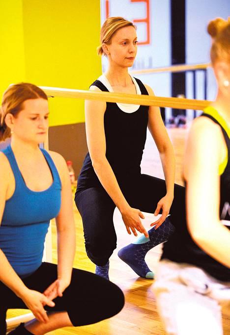 Ballet-tunti aloitetaan lämmittelyllä tankojen ääressä. Puolessa välissä tangot siirretään sivuun ja harjoitellaan koreografiaa keskilattialla.