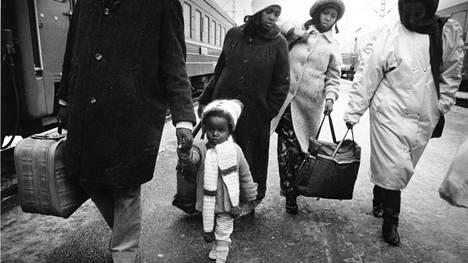 Somalian sisällissodan vuoksi Suomeen saapui somalialaisia pakolaisia 1990-luvun alussa. Pakolaisia saapumassa Helsinkiin marraskuussa 1990.
