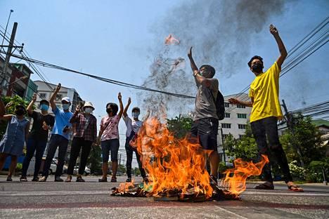 Myanmarilaiset osoittivat jälleen kerran mieltään sotilasjunttaa vastaan 1. huhtikuuta Yangonin kaupungissa.