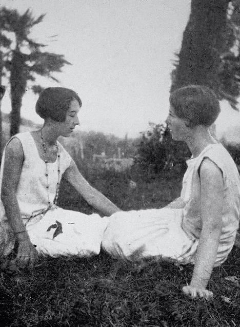 """Simone de Beauvoir (oik.) ja Elisabeth """"Zaza"""" Lacoin noin vuonna 1928."""