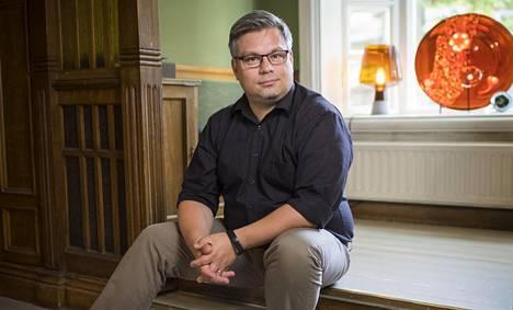 Tommi Kinnunen on päivätöissä äidinkielen ja kirjallisuuden lehtorina. Sen ohessa hän remontoi puutaloa ja kirjoittaa hittiromaaneja.