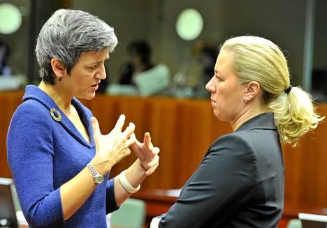 Valtiovarainministeri Jutta Urpilainen (vas.) keskusteli tanskalaisen kolleegansa Margrethe Vestagerin kanssa Brysslissä tiistaina.