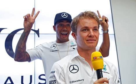 Lewis Hamilton ilveili Nico Rosbergin <br />selän takana lehdistötilaisuudessa Saksassa syyskuussa.