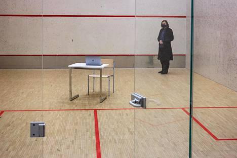 Jyväskylän normaalikoulussa pystyttiin syksyllä järjestämään koronapositiiviselle kokelaalle koetilanne koulussa olevaan squash-halliin. Halliin on oma sisäänkäynti, kertoo rehtori Kirsti Koski.