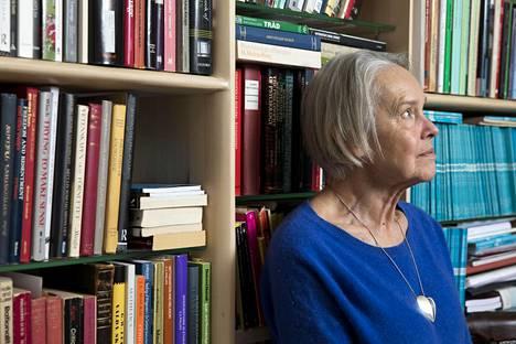 Kirjailija Merete Mazzarella kotonaan Helsingin Töölössä.