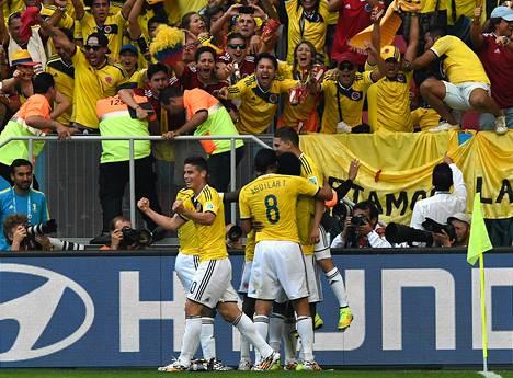 Kolumbialaiset juhlivat voittoa faniensa edessä.