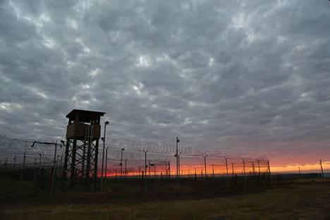 Aurinko nousi Guantanamon vankileirin ylle tammikuussa 2017.