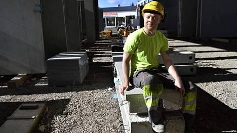 Koronaviruksen takia Suomen rajat sulkeutuivat, ja betonityöntekijä Janar Liivak joutuu tekemään päätöksen: jäädäkö Suomeen töihin vai lähteä Viroon perheen luokse.