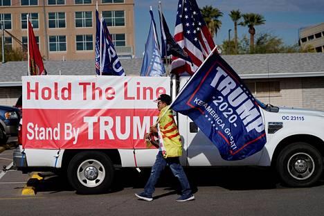 Donald Trumpin kannattaja Phoenixissa joulukuun 14. päivänä, kun valitsijamiehet kokoontuivat äänestämään Yhdysvaltain presidentistä.