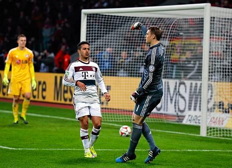 Thiago Alcantara (vas.) ja Manuel Neuer juhlivat paikkaa Saksan cupin välierissä.