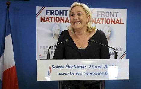 Marine Le Pen iloitsi vaalivoitosta Nanterressa sunnuntaina.