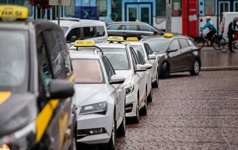 Asema-aukion taksitolppa sijaitsee Helsingin rautatieaseman vieressä.