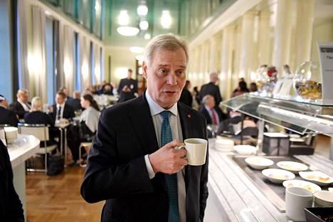 Pääministeri Antti Rinne (sd) kävi eduskunnan kahvilassa keskiviikkona.