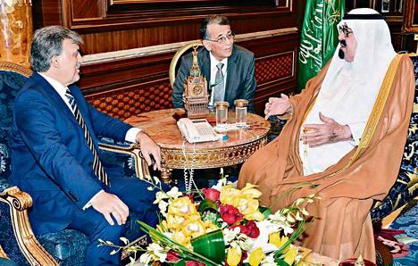 Turkin presidentti Abdullah Gül (vas.) tapasi Saudi-Arabian kuningas Abdullahin torstaina Jeddassa. Turkki ja Saudi-Arabia tukevat molemmat Syyrian kapinallisia.