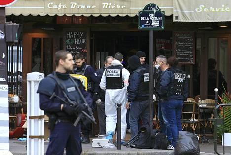 Poliisi tutki ammuskelun jälkiä baarin edustalla Rue de la Fontainella.