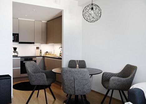 43-neliöisen kaksion keittiö-olohuonetilaan mahtuu helposti neljän hengen ruokapöytä.