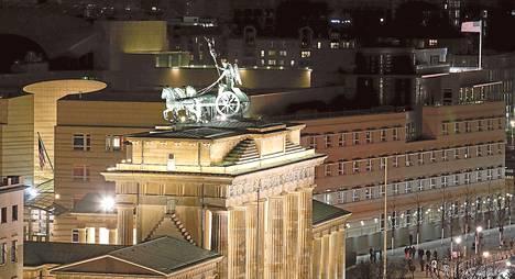 """Saksalaisen Bild-lehden mukaan Saksan tiedustelupalvelun työntekijä, jota epäillään vakoilusta Yhdysvaltain hyväksi, oli yhteydessä kuvassa näkyvään Yhdysvaltain Berliinin-lähetystöön. Hänen kerrotaan luovuttaneen 218 salaista asiakirjaa 25<span class=""""nbsp"""">&nbsp;</span>000 euron korvausta vastaan."""