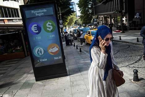 Digitaalinen mainostaulu tiedotti kävelijöitä valuuttakurssien muutoksista Istanbulissa maanantaina.