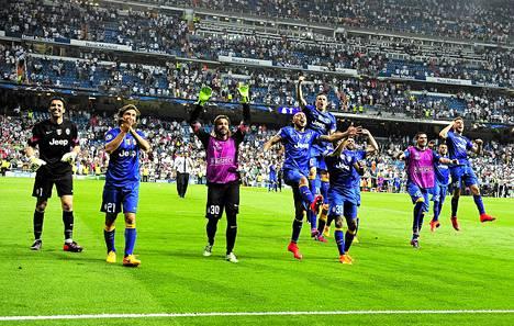 Juventuksen pelaajat juhlivat Real Madridin Santiago Bernabéu -stadionilla selviytymistään Mestarien liigan finaaliin.