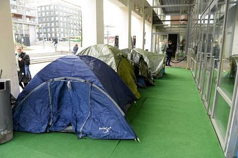 Fanit jonottivat teltoissaan sitkeästi marraskuussa Finnkino Tennispalatsin ulkopuolella Helsingissä uusimman Hobitti-elokuvan lippujen ennakkomyyntiin.