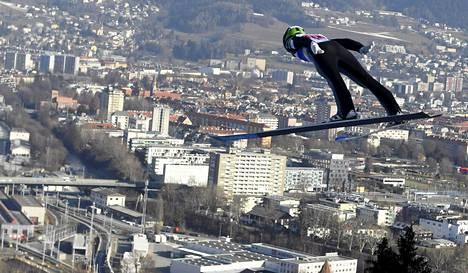 Eero Hirvonen Innsbruckin kaupungin yllä sunnuntaina.