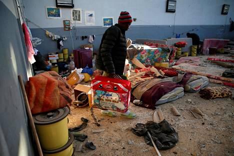 Mies kantoi omistuksiaan ilmaiskun jälkeen pidätyskeskuksessa Tripolin laitamilla Tajourassa heinäkuun alussa.