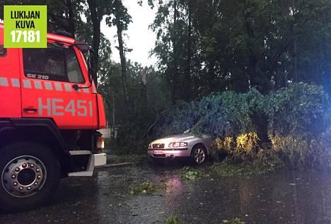 Puu kaatui henkilöauton päälle Helsingin Oulunkylässä.