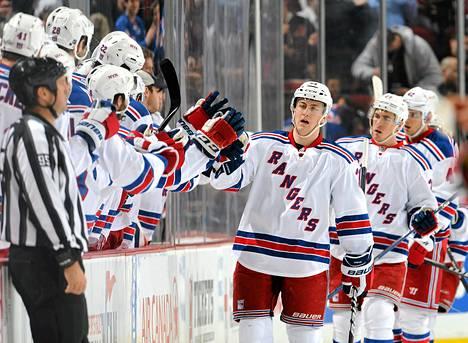 New York Rangers pääsi juhlimaan maalintekoa neljästi New Jersey Devilsiä vastaan. Kuva on maaliskuun alun Newarkissa pelatusta ottelusta.