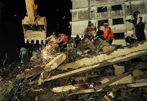 Intian pelastustyöntekijät ja paikalliset asukkaat kerääntyivät sortuneen rakennuksen ympärille Intiassa etsimään eloonjääneitä.