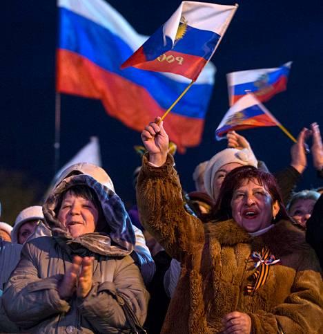 Ihmiset juhlivat viime keskiviikkona Sevastopolissa Krimin Venäjään liittämisen vuosipäivää.
