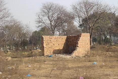 Islamabadin ensimmäisen hindutemppelin seinät odottavat puolivalmiina rakennustöiden aloittamista. Taustalla näkyy kristittyjen hautausmaa.