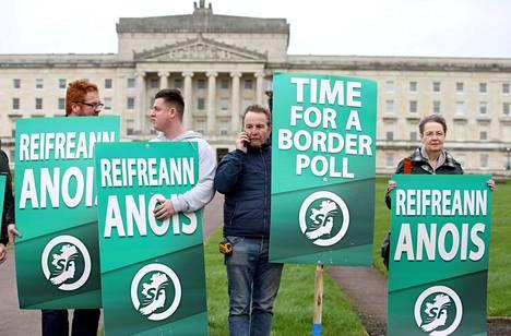 Sinn Féin -puolueen aktivisteja Pohjois-Irlannissa Belfastissa vaatimassa kansanäänestystä Irlannin saaren yhdistämisestä. Brexit on voimistanut vaatimuksia, että Pohjois-Irlanti pitäisi liittää Irlannin tasavaltaan.