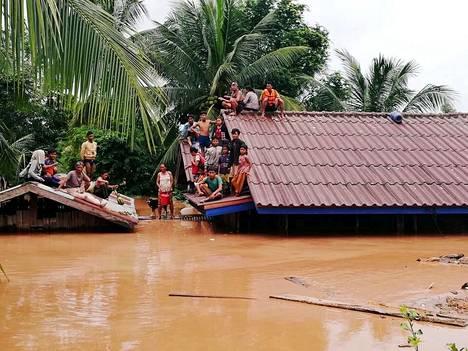 Kyläläiset odottivat evakuointia padon murtumisen jälkeen Laosissa tiistaina.