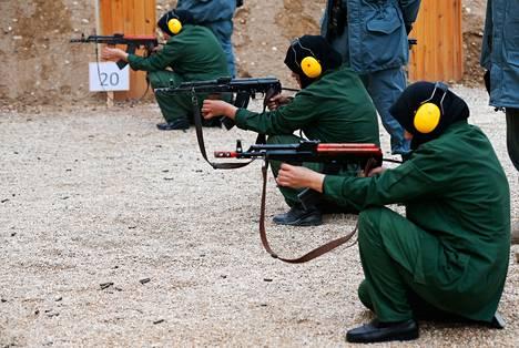 Afganistanilaiset naiset ampuivat ampumaradalla Saksan armeijan leirin lähellä Mazar-e-Sharifissa viime joulukuussa. Naiset olivat leirillä poliisikoulutuksessa.