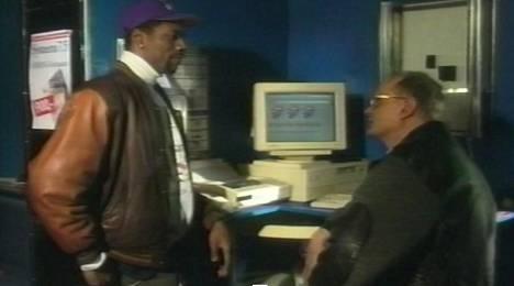 Timothy Pressley haastattelee vuoden 1995 videolla Larri Helmistä, yhtä CompuCafen perustajista.