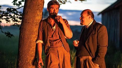Tommi Korpela esittää Petroskoihin päätynyttä kauhavalaista Jussi Ketolaa. Kallonen (Hannu-Pekka Björkman) haluaa tulokkaan tunnustautuvan työläisten paratiisiin lähetetyksi vakoojaksi.