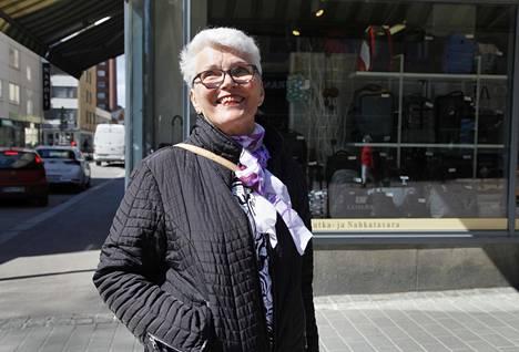 Annikki Nirvi-Tapiola suunnittelee viettävänsä koko kesän mökillä.