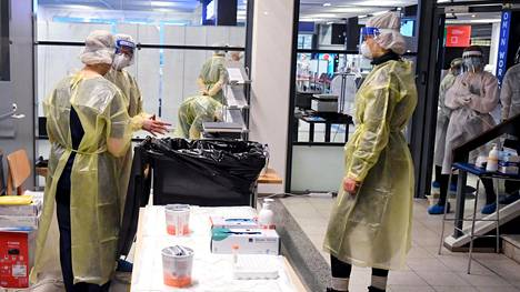 Terveydenhoitohenkilökunta valmistautui testaamaan Skopjesta Wizz Airin lentokoneella saapuvia matkustajia Turun lentoasemalla 19. joulukuuta 2020.