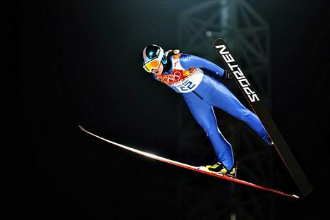 Näin Julia Kykkänen liiti viime talvena olympiamäessä.