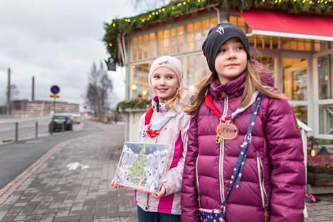 Saara Ämmälä, 9, ja Inna Bodson, 9, ovat tänä vuonna myyneet yhteensä 24 adventtikalenteria.