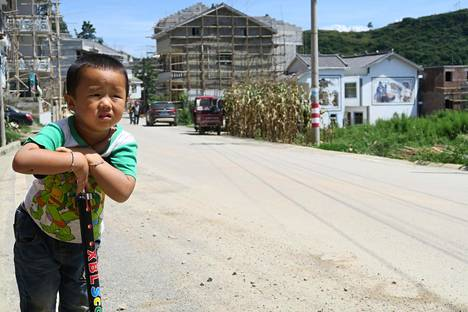 Kolmevuotias Nie Yuyang asuu Luoteis-Kiinassa Qianjinin kylässä isoäitinsä luona. Hän potkulautailee päivittäin.