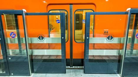 Automatisointiurakassa kokeiltiin laituriovien toimivuutta Vuosaaren metroasemalla.