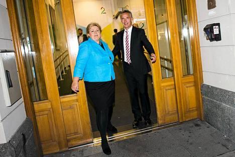 Pääministeri Jens Stoltenberg (oik.) ja oppositiojohtaja Erna Solberg poistuivat norjalaiselta televisiostudiolta sunnuntaina.